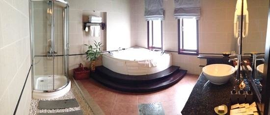 Hoi An Beach Resort: suite bathroom
