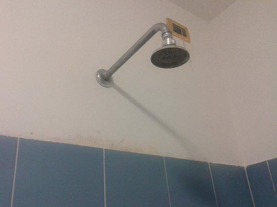 Hotel Luzzatti : Ducha con cal y pared sucia