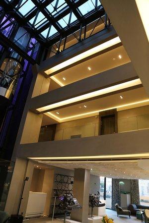 Hotel de Paris Saint-Tropez: Offene Halle mit den Stockwerken auf denen die Zimmer liegen.