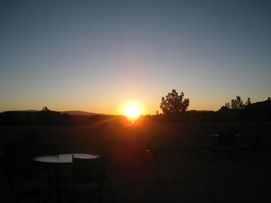 Best Western Plus Inn of Sedona: Beautiful moment of sunset seen from outside the room.