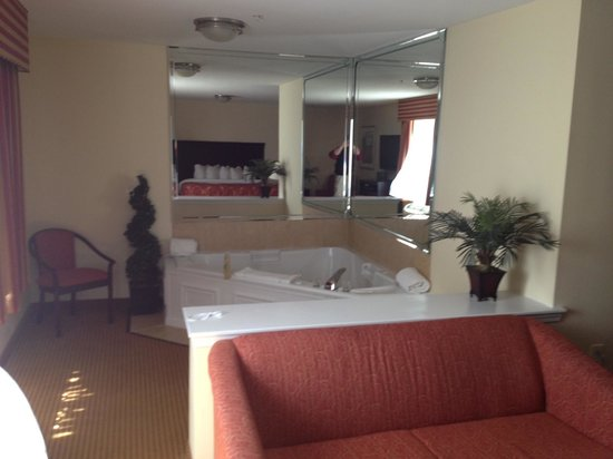 Columbus Extended Stay Hotel: King Suite with a Jacuzzi Tub