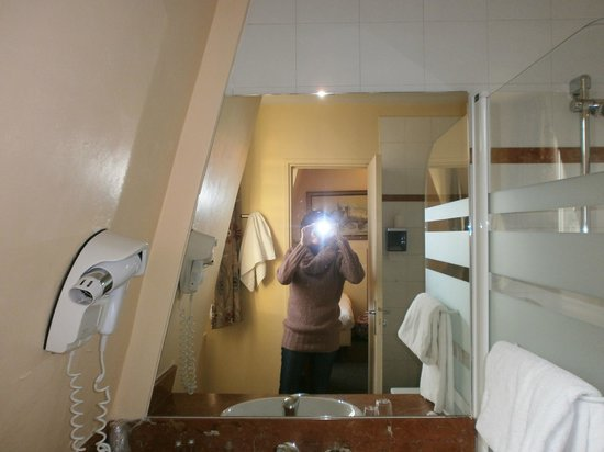 Hotel Eiffel Turenne: el baño