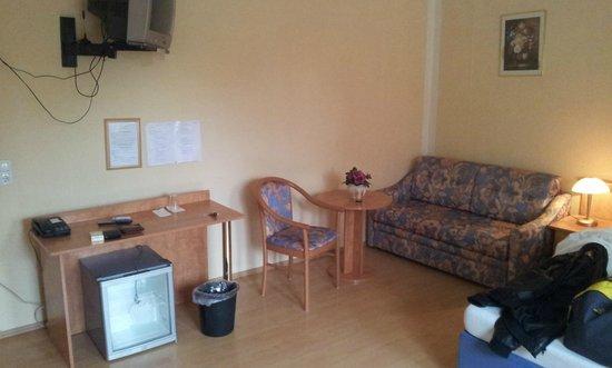 Hotel Central: Mehrere Sitzgelegenheiten im Zimmer