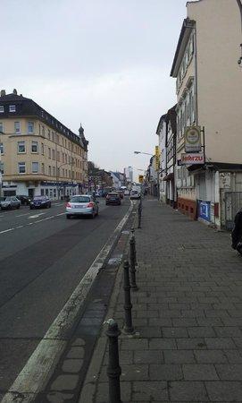 Hotel Central: Blick in die Hauptstrasse von Neu-Isenburg, am Hotel
