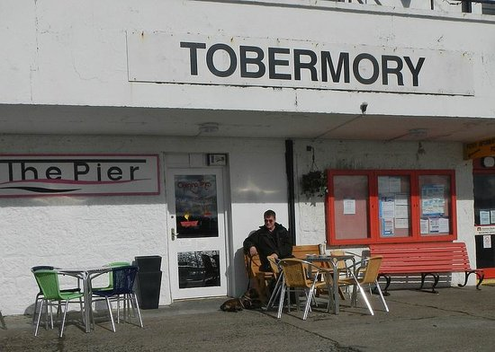Pier Cafe Tobermory : Outside tables