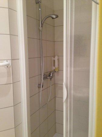 CCA Hotel Pension Delta: Shower