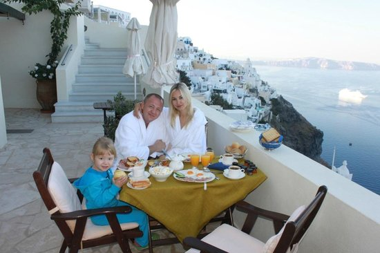 Adamis Majesty Suites: Завтрак на нашем патио
