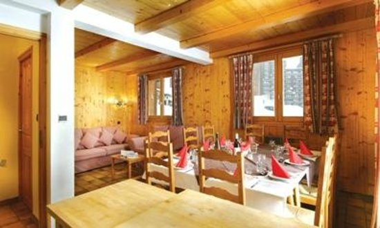 Chalet Les Lauzes: Dining area and lounge