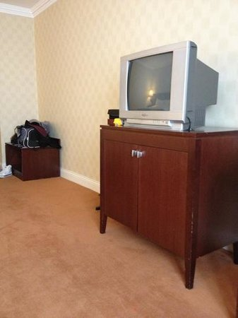 Glenroyal Hotel & Leisure Club: small tv for the size of the room
