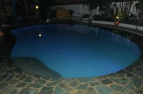 Pinjalo Resort Villas: Pool at night