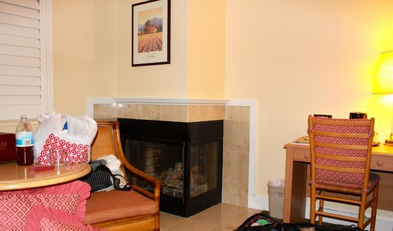 Best Western Plus Elm House Inn: Gas fireplace