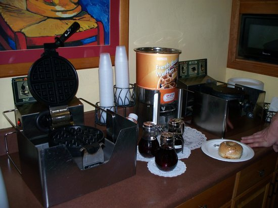 Best Western Lamplighter Inn & Suites at SDSU: Waffle Station