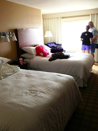 Four Points By Sheraton Galveston: Small room but very comfortable queen beds