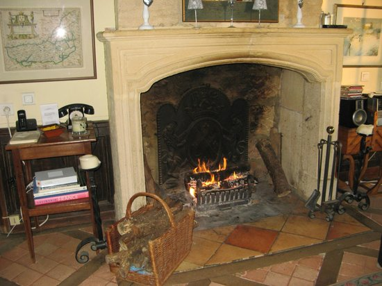 La Lanterne: A cosy fireplace added atmosphere to the sitting room