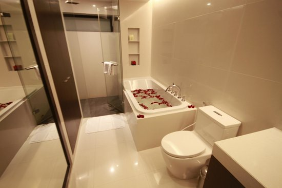 Fraser Suites Sukhumvit: Spacious bathroom