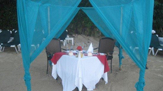 Sandals Ochi Beach Resort: Candlelit dinner on the beach