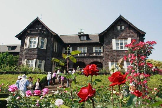 Kita, Japan: 洋館にバラが見事に似合う
