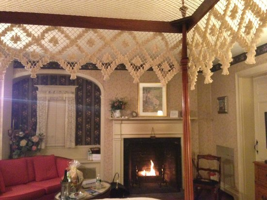Devonfield Inn: Our room and fireplace