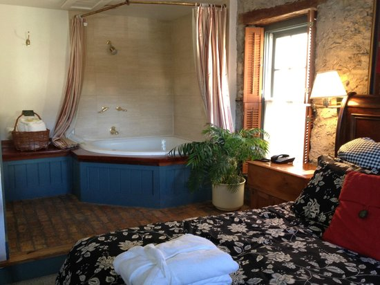 Washington House Inn: Large in room whirlpool
