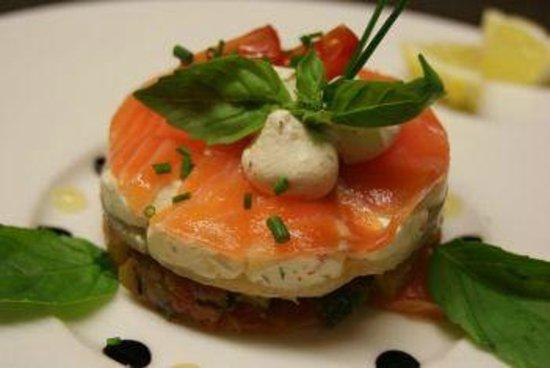 des Voyageurs Hotel-Restaurant: millefeuille de saumon et mousse de chèvre de Servières