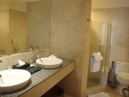 Sintesa Peninsula Hotel: Spacious bathroom