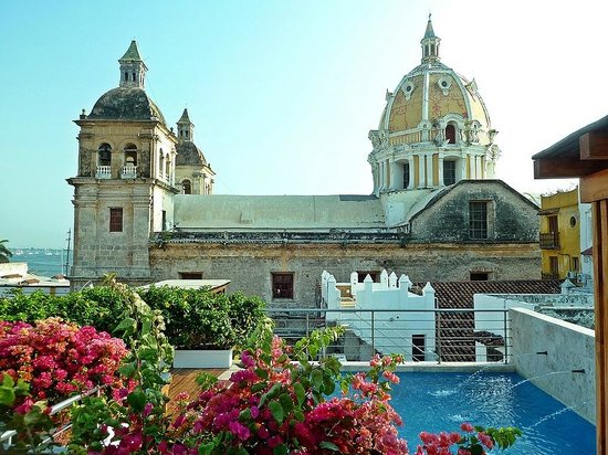 Casa Claver Loft Boutique Hotel: Pool on Rooftop with Church of Pedro Claver