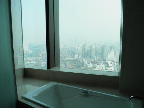 Sheraton Seoul D Cube City Hotel: vue depuis la baignoire