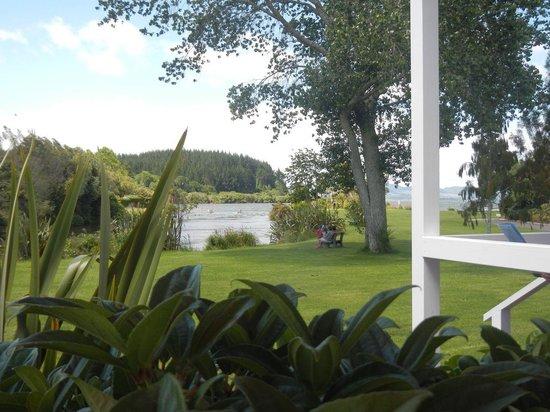 Ramada Resort Rotorua Marama: Vista del jardín desde el bar
