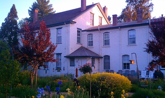Inn at Locke House: garden inn at the evening