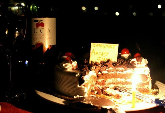 Garhmukteshwar, Ινδία: Anniversary special cake and wine in candlelight - what else do u want on the special evening ?