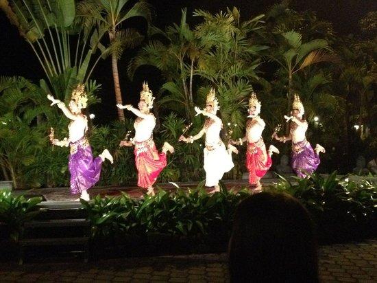 Angkor Century Resort & Spa: Espectáculo de danza durante la cena