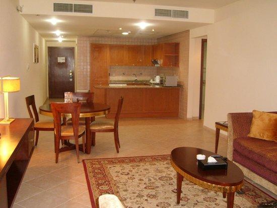 Belvedere Court Hotel Apartments: Kitchen/livingroom