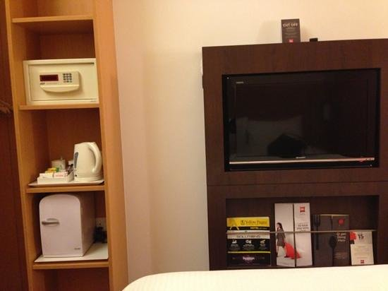 ibis Singapore Novena: small room