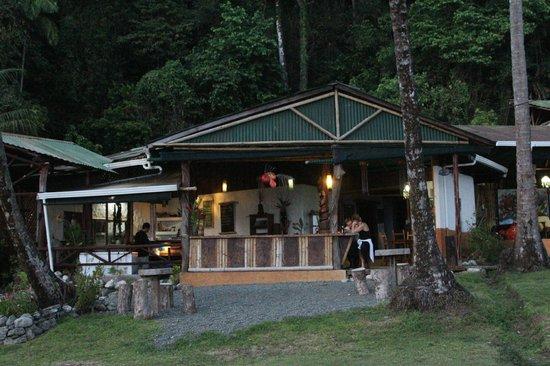 La Leona Eco Lodge: Bar Area