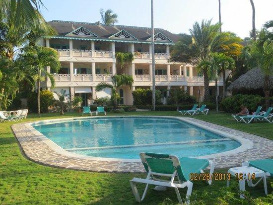 La Dolce Vita Residence : vue de la piscine et de l'édifice La Dolce Vita
