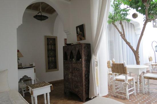 Riad les Orangers d'Alilia Marrakech: Le salon ouvert sur le patio