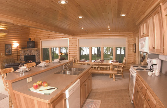 Brindley's Harbor Resort Inc.: Log Home 16 Kitchen & Dininng