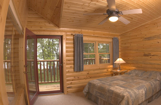Brindley's Harbor Resort Inc.: Log 16 Master Bedroom