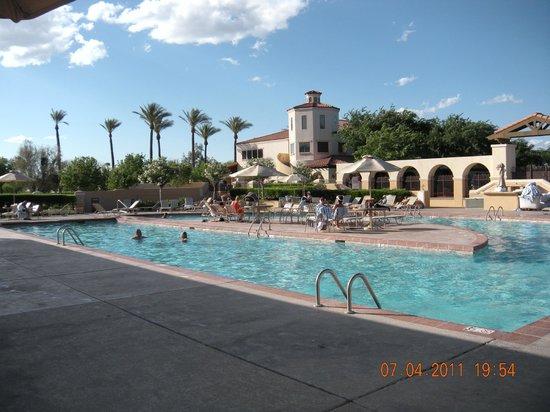 Legacy Golf Resort: Piscine extérieure et hôtel