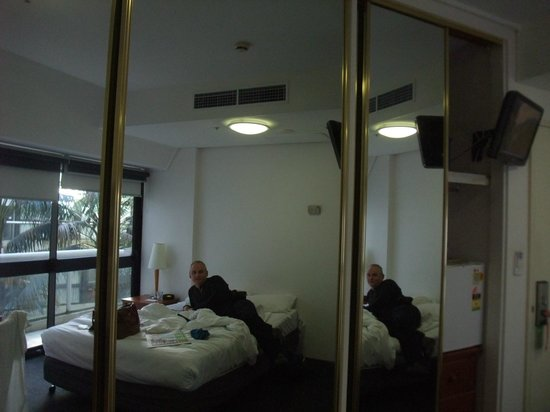 واي هوتل هايد بارك: reflection from wadrobe mirrors