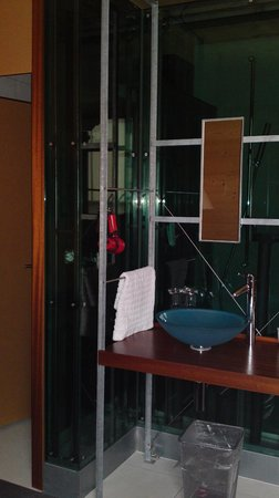 Hotel Ochsen: Lavabo (im Zimmer), hinter der Scheibe: Dusche