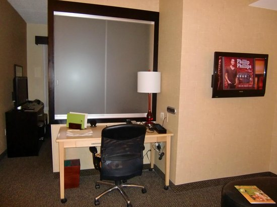 DoubleTree by Hilton Hotel Baton Rouge: Desk with sliding glass divider to bedroom