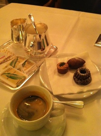 Hotel Schweizerhof Zurich: Espresso and after dinner complimentary chocolates