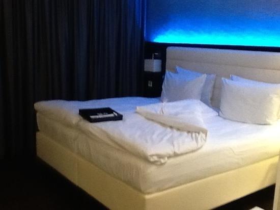 Hotel Palace Berlin: nettes Gimmik mit dem Lichtspiel über dem bequemen Bett