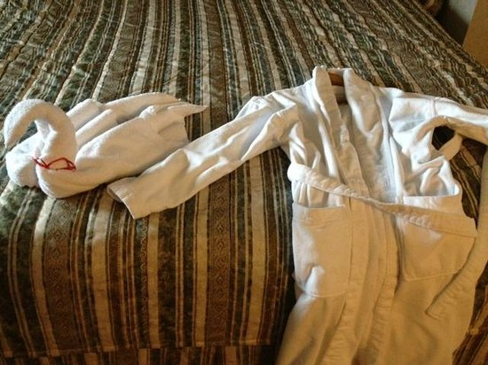 Comfort Inn: Swan folded towel and white bathrobes
