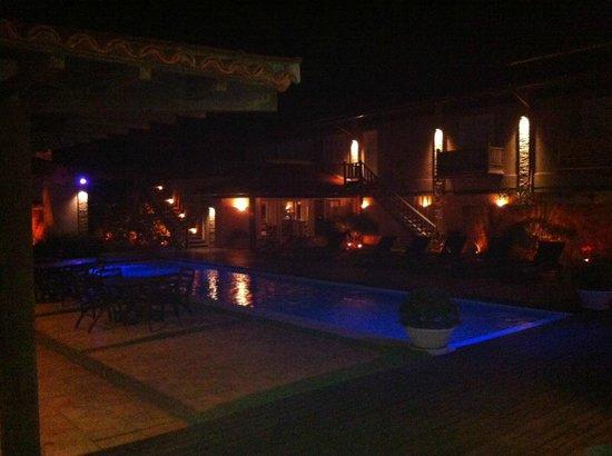 Villa Rasa: Piscina a noite...fica aquecida!