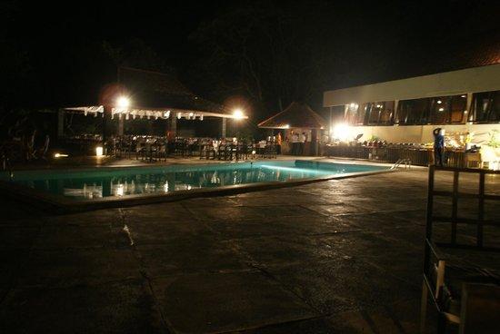 The Royal Lotus: La terrasse , avec la piscine
