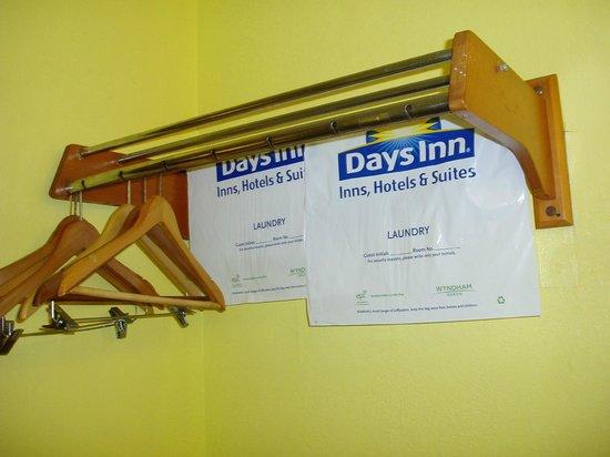 Days Inn by Wyndham Savannah - Abercorn Southside: rusty clothes rack
