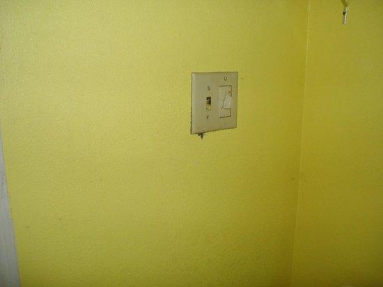 Days Inn Savannah -  Abercorn Southside: bathroom light switch