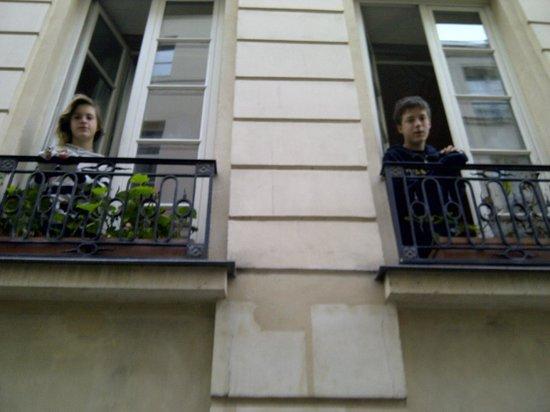 Bonne Nuit Paris : Jardin du marais front windows